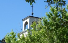 Kirchturm im Grünen